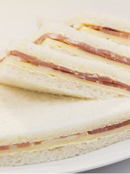 SANDWICHES DE JAMON CRUDO CON QUESO